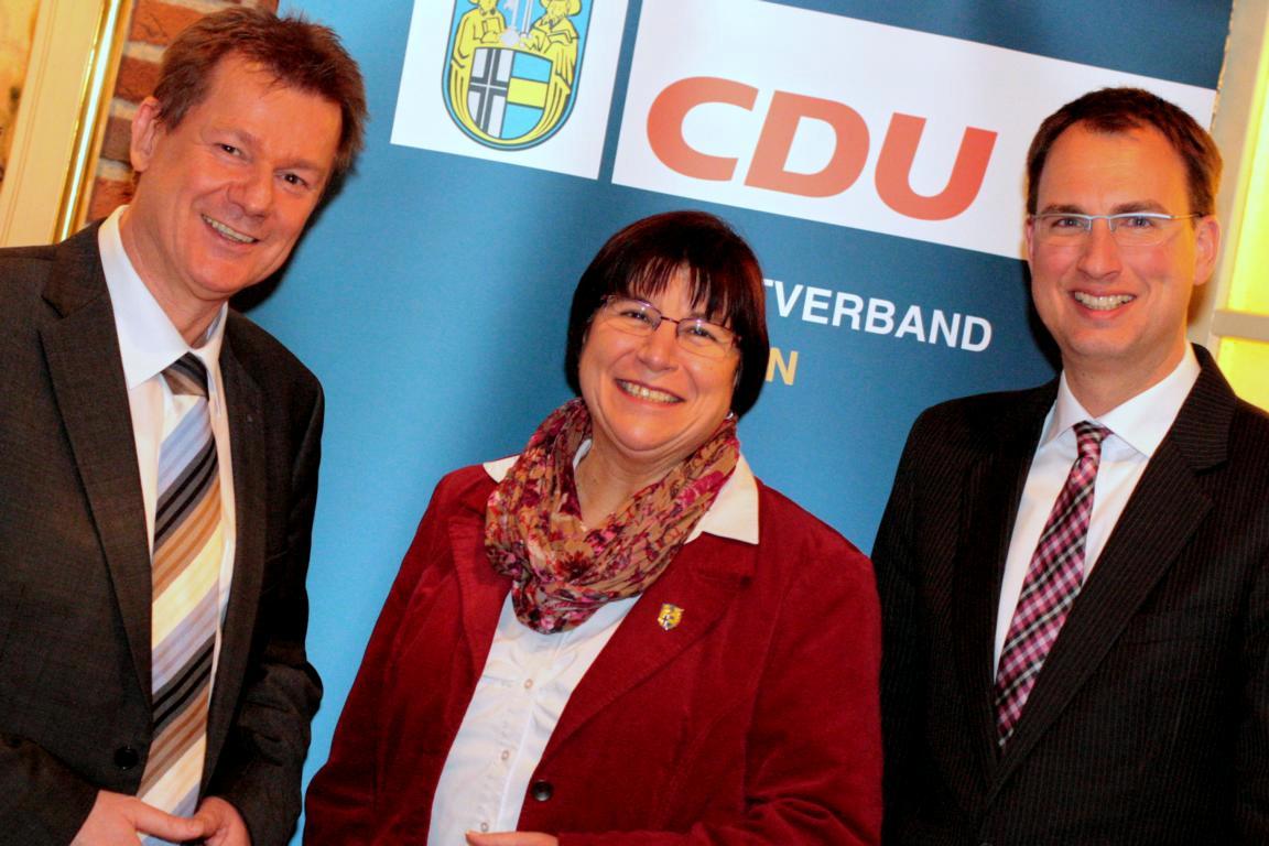 Freuten sich über den Besuch vom Europageordneten Dr. Markus Pieper (links): Parteivorsitzende Gisela Waning (Mitte) und Bürgermeister Dr. Christoph Holtwisch (rechts)