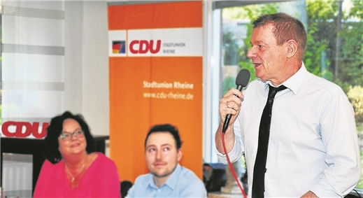 Der EU-Abgeordnete Markus Pieper war mit guten Nachrichten direkt aus Berlin in die CDU-Mitgliederversammlung am Freitag im Gasthof Heuwes gekommen. Interessiert hörte auch die Landtagsabgeordnete Andrea Stullich zu. Foto: Dierkes